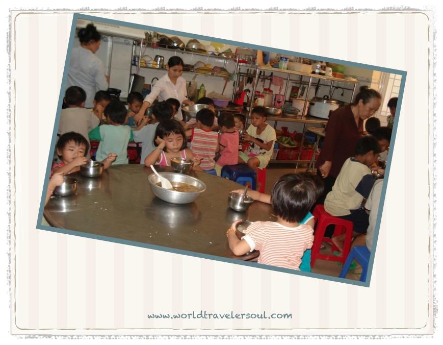 Cenando en el orfanato.