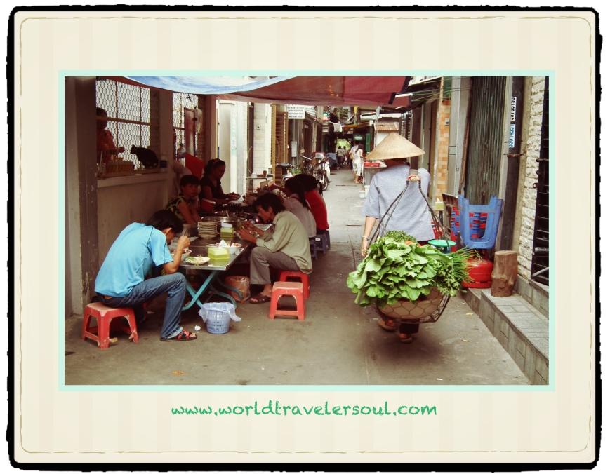 Chiringuitos vietnamitas con las mesitas de pin y pon.
