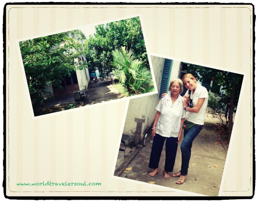 Entrada a la casa de la familia de Trang. Foto con su abuelita.