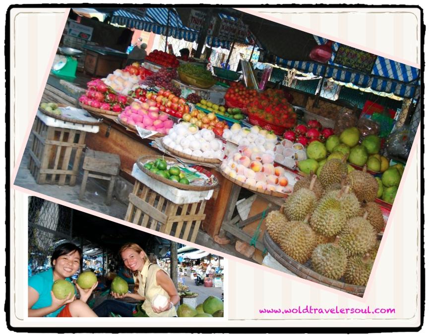 Degustando toda clase de frutas en el mercado local.