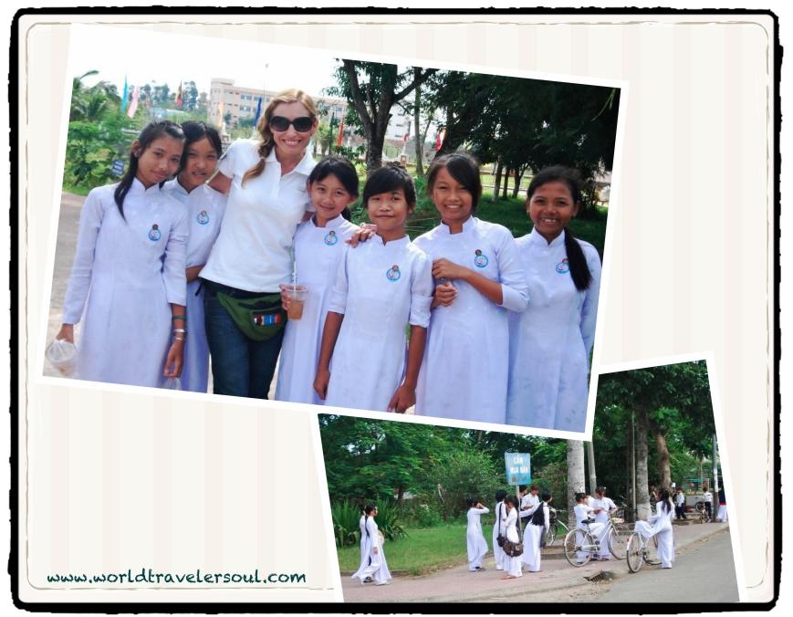 Foto con estudiantes vietnamitas a la salida del colegio.