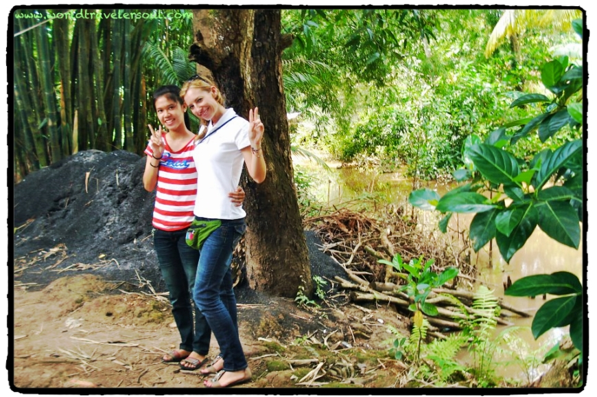 Prima de Trang junto al río de la casa.