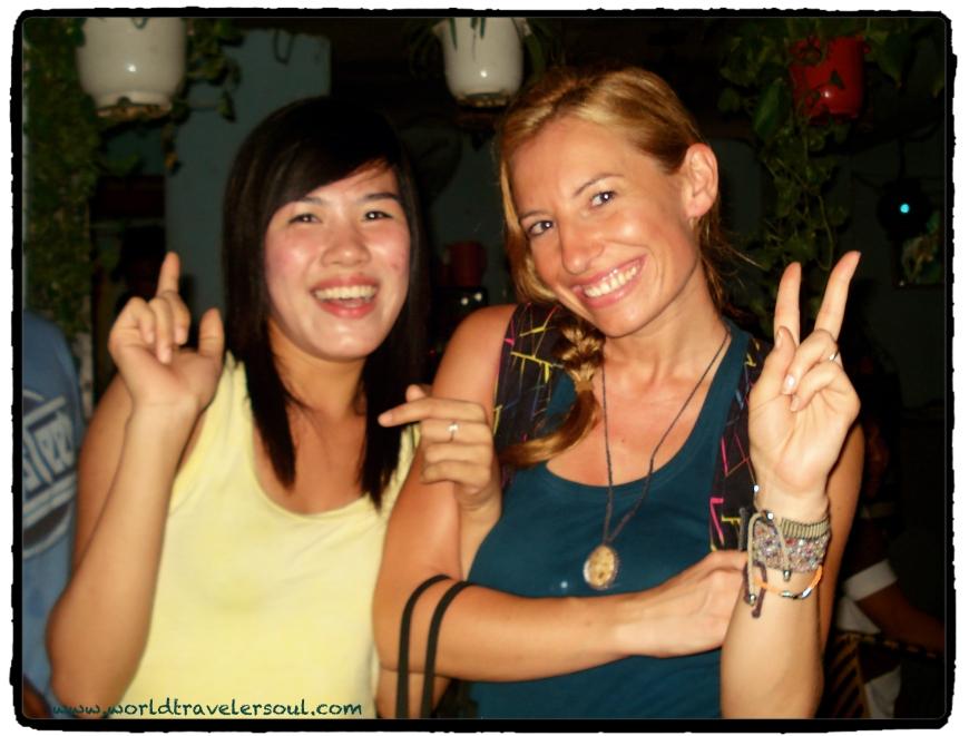 Foto con una de las camareras del garito.