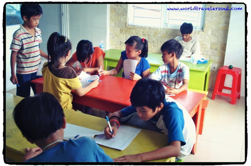 Clase de inglés en el orfanato.