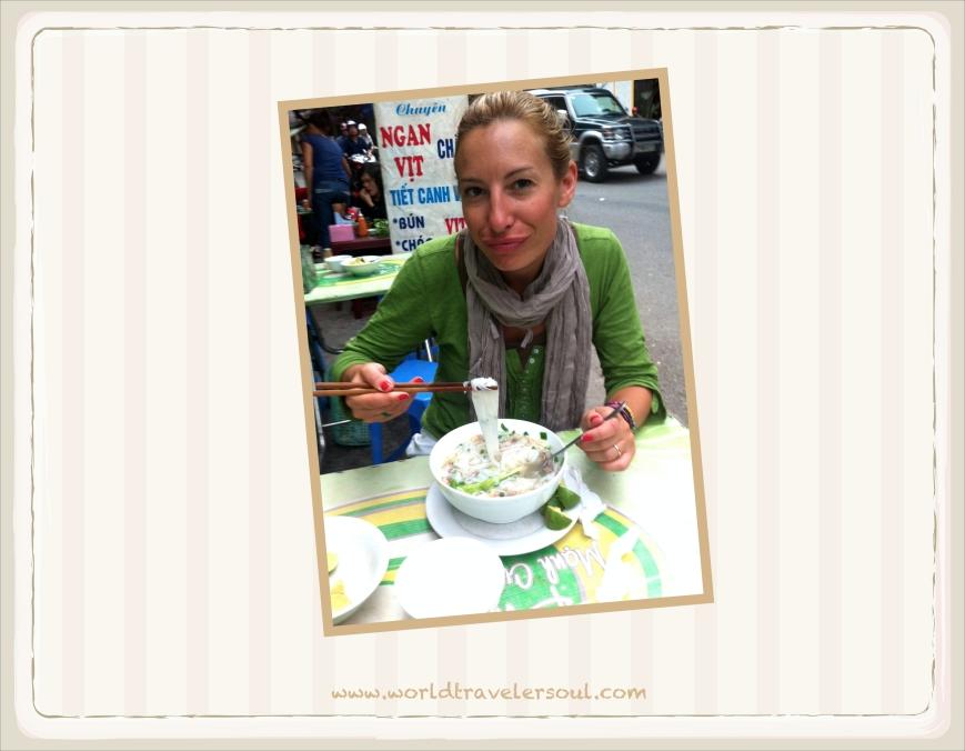 """Desayunando """"phô"""" en un puestecito de la calle a las 6 de la mañana en el centro de Hanoi."""