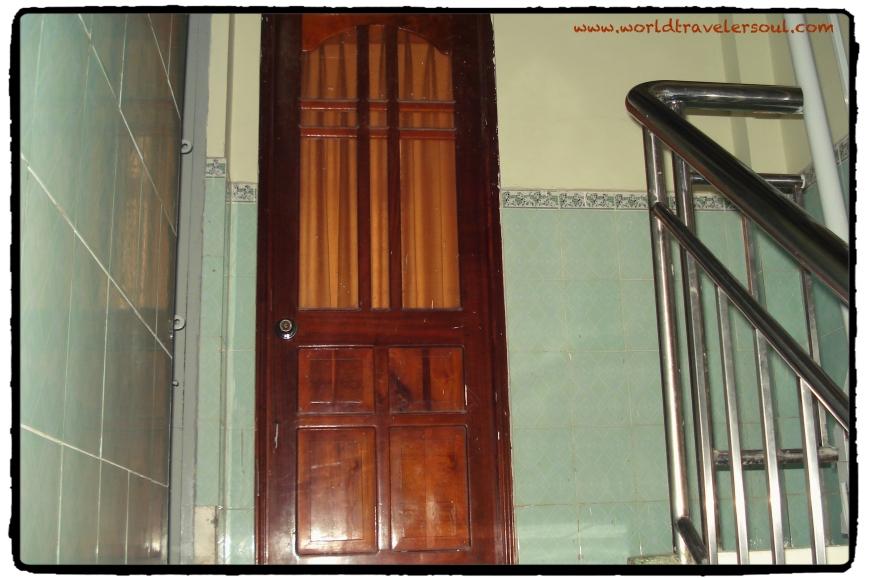 Subiendo las escaleras hacia mi habitación.