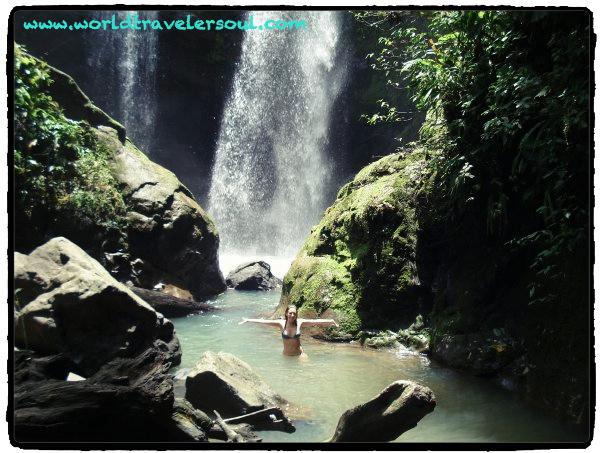 Espectacular baño siguiendo el río con salto desde una cascada. Puerto Viejo, Costa Rica