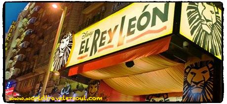 """A las puertas del famoso musical de """"El Rey León"""" en Madrid."""